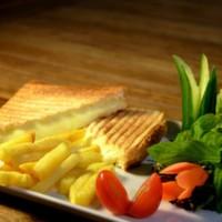 Parmak patates, ızgara hellim, domates salatalık söğüş