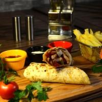 Tortilla ekmeği arasına sotelenmiş jülyen doğranmış bonfile ve tavuk göğüs parçaları, renkli biberler, mantar, soya sosu, cheddar peyniri, elma dilim patates