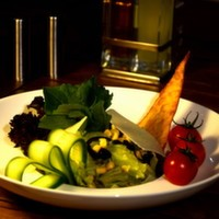 Roka, maydanoz, dere otu, mısır, rendelenmiş beyaz peynir, yeşil sos