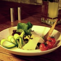 Izgara tavuk bonfile, közlenmiş kabak, köz patlıcan, köz kırmızı biber, cherry domates, salatalık, iceberg, ceviz, fesleğen sos