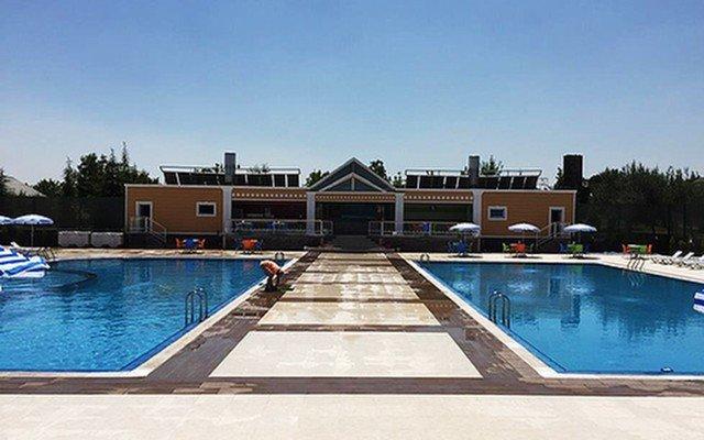 Ankara Gölbaşı Club Bonjour'da Şezlong, Şemsiye, Soyunma Kabini ve Duş Kullanımı Dahil Havuz Keyfi